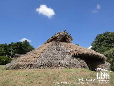 竪穴式住居の外観