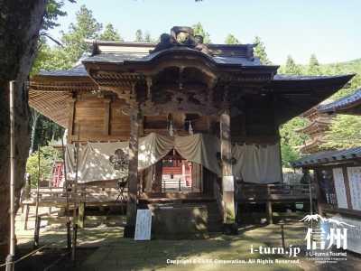 こちらが新海三社神社の拝殿
