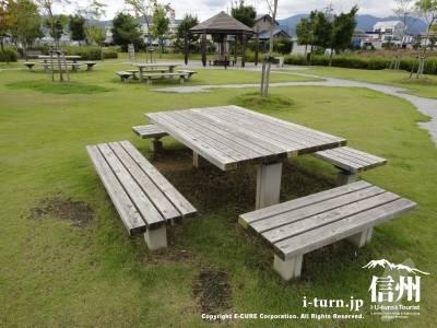 芝にベンチがあります
