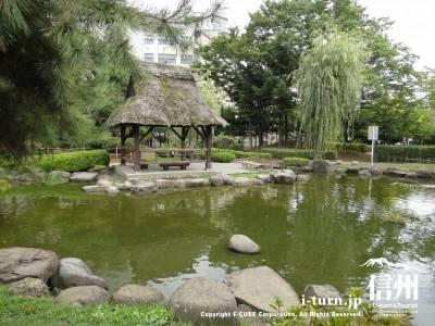 茅葺の東屋と池