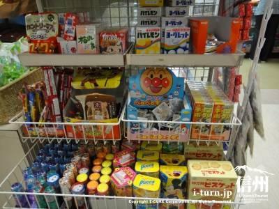 子供向けのお菓子なども販売