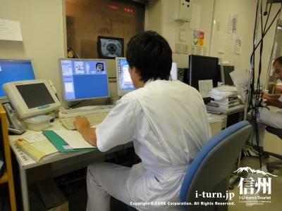 MRIの操作をしています
