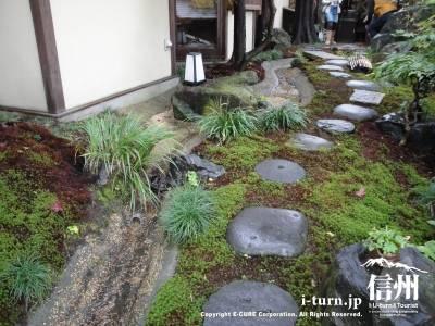 苔泉亭「萩月庵」千ひろの日本庭園小さな小川