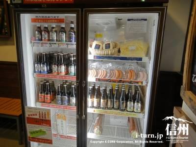 入口付近には業務用冷蔵庫