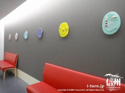 赤い長椅子と壁のアート