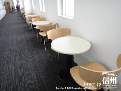 廊下の片隅に並ぶイスとテーブル