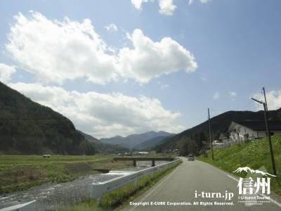 小野の渓谷を登る川沿いの道