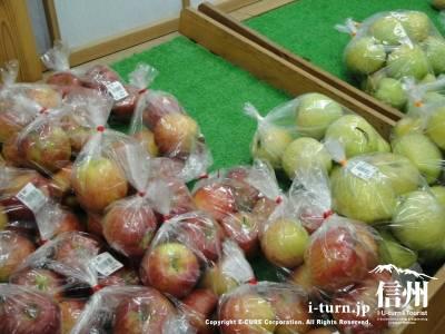 りんごがショーケースに載せられてます