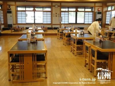 道の駅ふるさと豊田の木の温かみある食堂内
