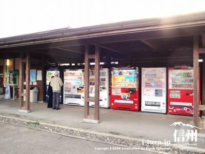 駐車場横の屋根付き自動販売機コーナー