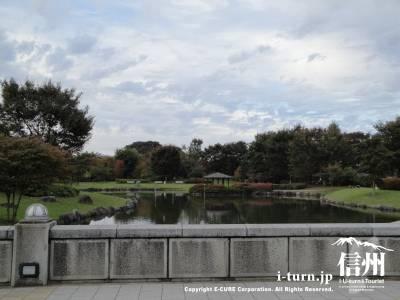 小布施ハイウェイオアシスの公園内の池