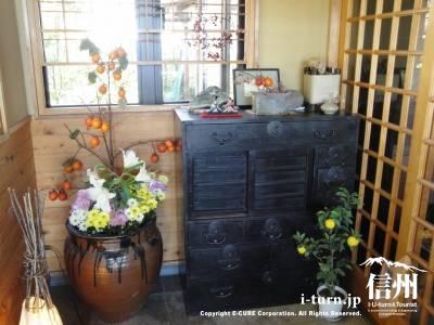 そば処さくらの骨董品と生け花