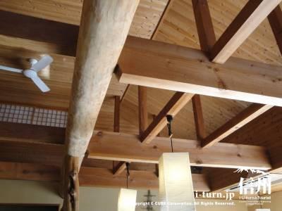 そば処さくらの天井は大きな梁の木造建築