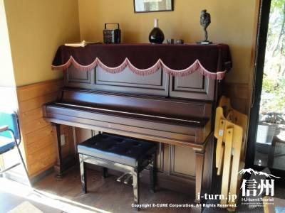 そば処さくらに置いてあるピアノ