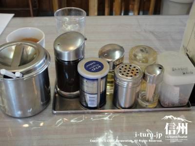 焼そばたけしやのテーブルにある調味料セット