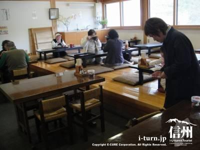 かやぶきの館の食堂