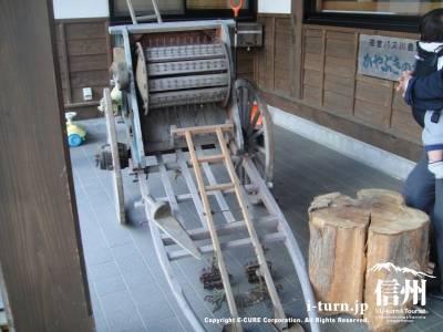 かやぶきの館の入口にあった荷車と脱穀機