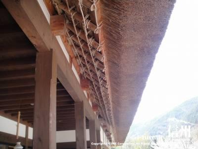 かやぶきの館のかやぶき屋根は手がかかってます