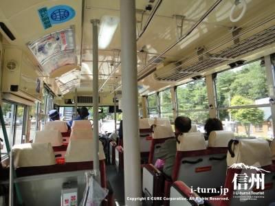 大型バスでたくさん乗ることができます