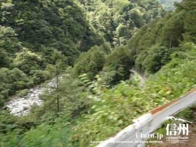 バスから見える渓谷