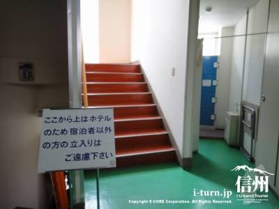 こちらはホテルへの入口階段