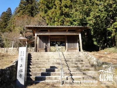 階段を上がって山門