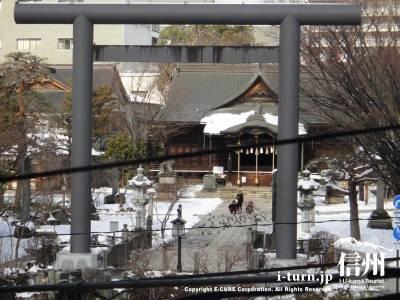 2階からは四柱神社が良く見えます