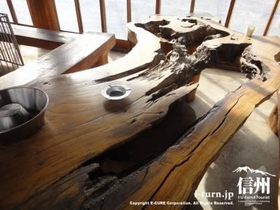 天然の木を活かしたテーブル