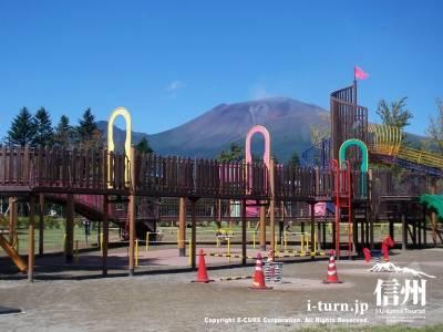 湯川ふるさと公園の遊具と浅間山