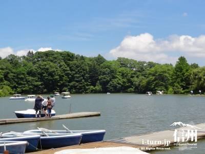 塩沢湖・湖面に浮かぶボートⅠ