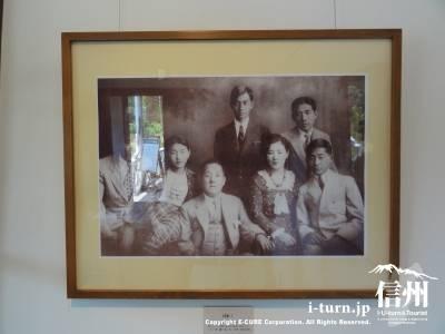 睡鳩荘内に飾られた写真「朝吹家の人々」