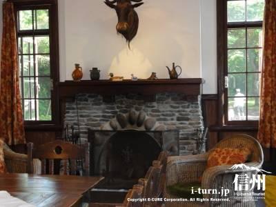 睡鳩荘のダイニングルーム暖炉