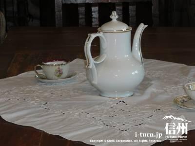 睡鳩荘のダイニングテーブル&テイーポット