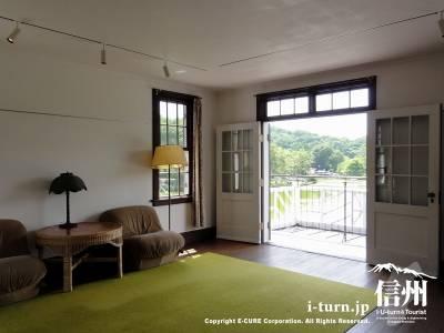 二階の居室とテラス