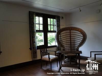 二階居室と籐椅子
