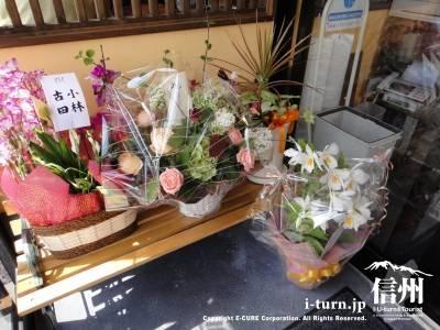 オープンのお祝いで花が玄関にあります
