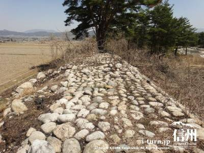 石が積み上げられた堤防