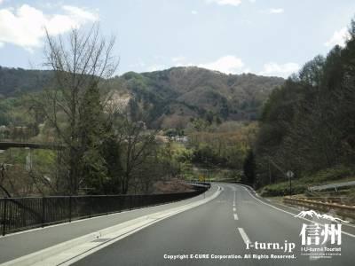 山へ続く2車線の道路