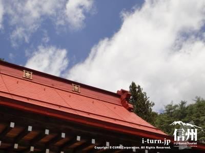 本堂の屋根と空のコントラスト