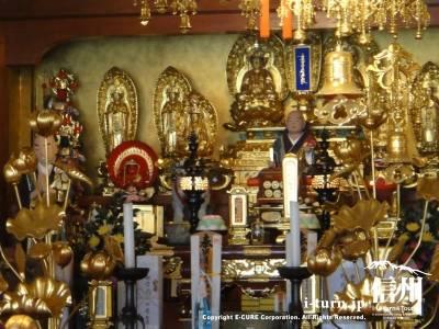 本堂の黄金の仏像