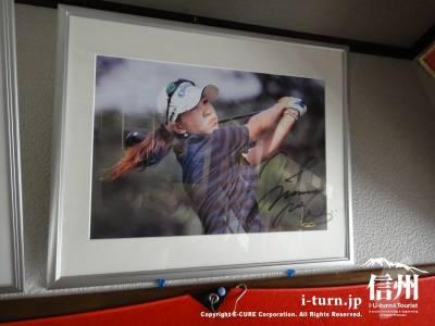 上田桃子のサイン入り写真