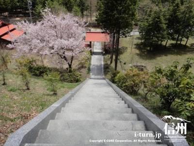 門からの石階段