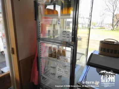 牛乳やお茶の入った冷蔵庫