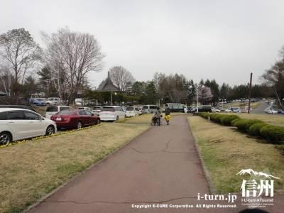 入口前の駐車場