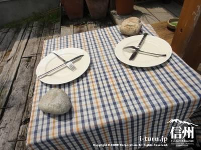 テーブルにお皿とカトラリー