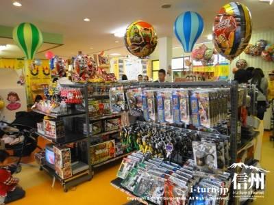 おもちゃが並ぶ店内