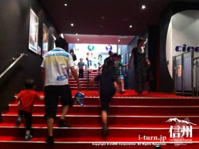 スクリーンへと向かう階段