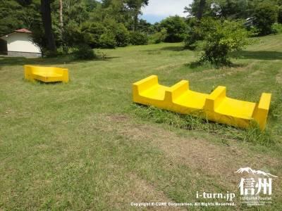 黄色いベンチ