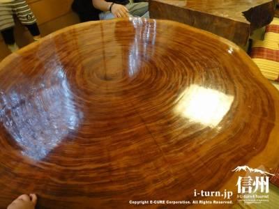 年輪くっきりのテーブル