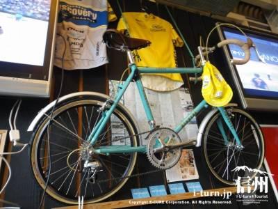 壁に飾られた自転車